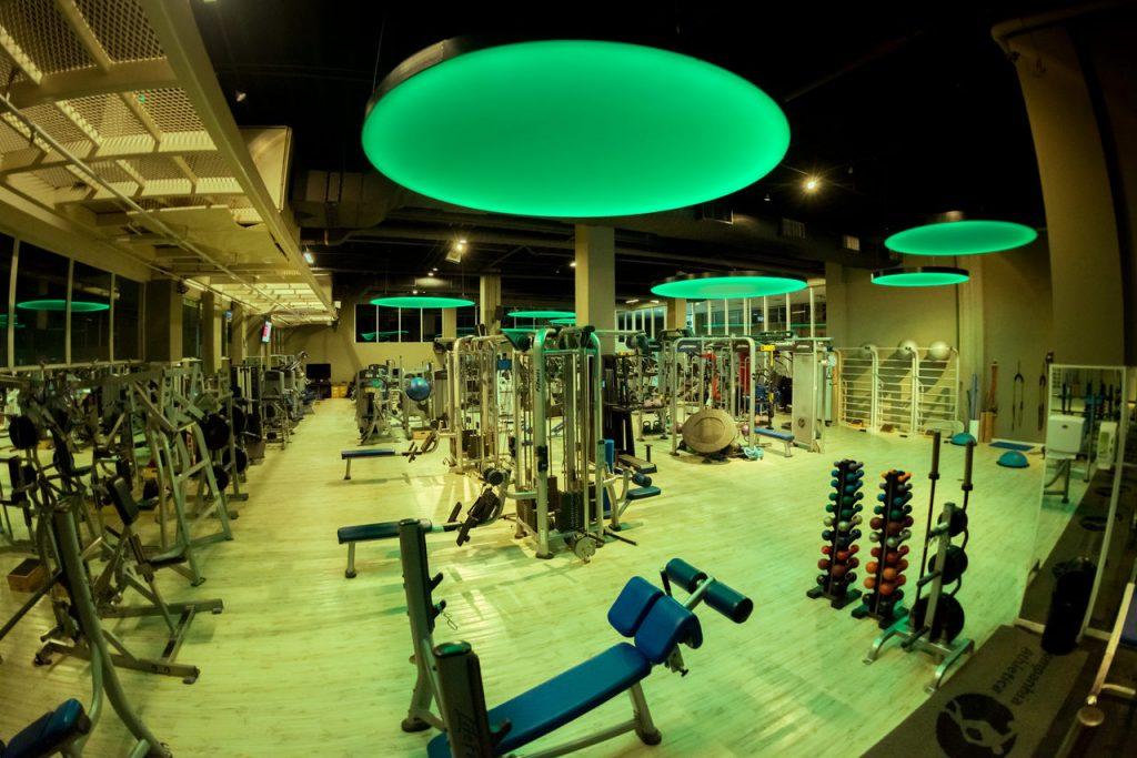 Sala de musculação com iluminação baseada em cromoterapia.