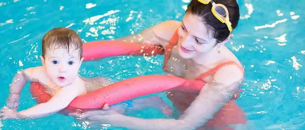 10 motivos para investir na natação para bebê