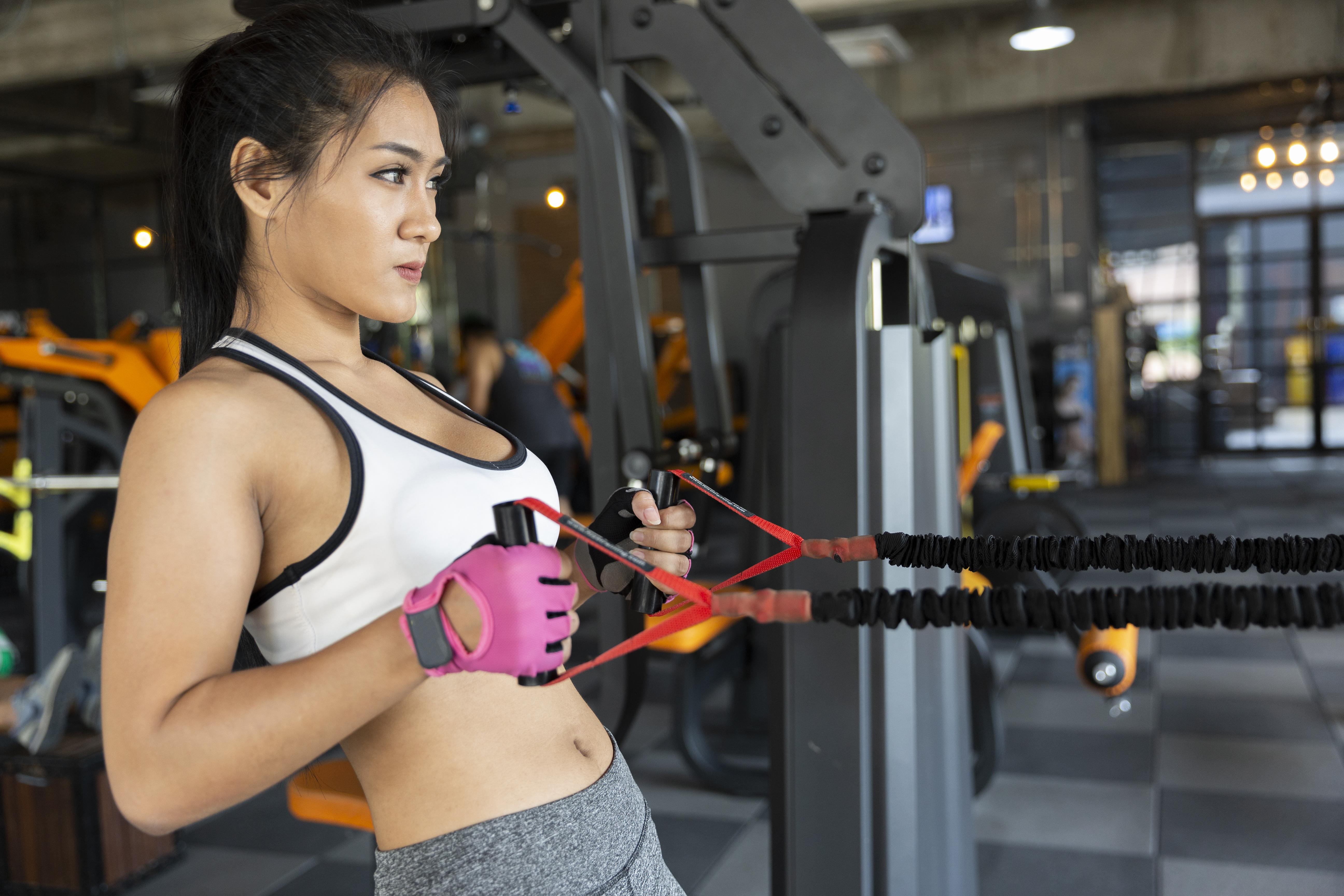 Treino funcional SJC: moça se exercitando