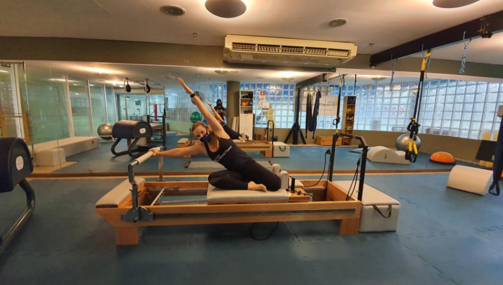 O Pilates é um método de atividade física criado no século 20 que ajuda a aliviar muito a dor na coluna. Conheça alguns principais exercícios.